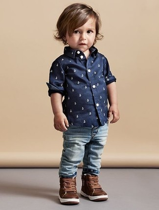 Wie kombinieren: dunkelblaues bedrucktes Langarmhemd, hellblaue Jeans, braune Leder Turnschuhe