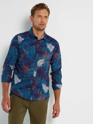 Wie kombinieren: dunkelblaues bedrucktes Langarmhemd, olivgrüne Chinohose