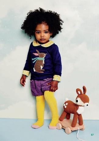 Wie kombinieren: dunkelblaues bedrucktes Langarmshirt, violette Shorts, gelbe Strumpfhose