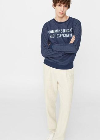 Wie kombinieren: dunkelblaues bedrucktes Sweatshirt, hellbeige Leinen Anzughose, weiße Leder niedrige Sneakers