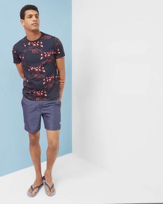 Zehensandalen kombinieren – 167 Herren Outfits: Für ein bequemes Couch-Outfit, kombinieren Sie ein dunkelblaues bedrucktes T-Shirt mit einem Rundhalsausschnitt mit dunkelblauen Shorts. Fühlen Sie sich ideenreich? Ergänzen Sie Ihr Outfit mit Zehensandalen.