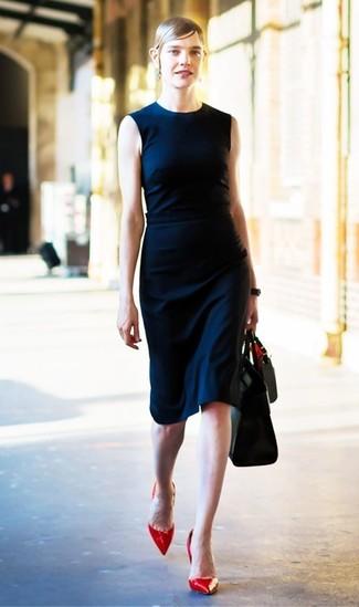 Wie kombinieren: dunkelblaues Etuikleid, rote Leder Pumps, schwarze Shopper Tasche aus Leder