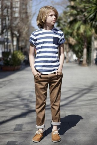 Wie kombinieren: dunkelblaues horizontal gestreiftes T-shirt, braune Hose, beige Bootsschuhe