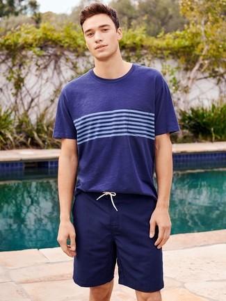 Wie kombinieren: dunkelblaues horizontal gestreiftes T-Shirt mit einem Rundhalsausschnitt, dunkelblaue Badeshorts