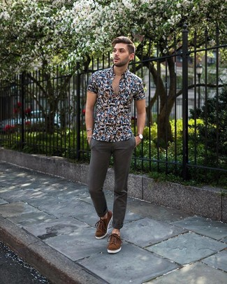 Wie kombinieren: dunkelblaues Kurzarmhemd mit Blumenmuster, dunkelgraue Chinohose, braune Wildleder niedrige Sneakers