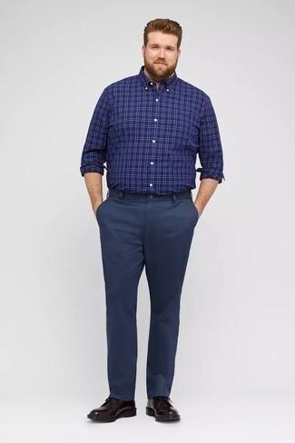 Chinohose kombinieren: trends 2020: Entscheiden Sie sich für ein dunkelblaues Langarmhemd mit Schottenmuster und eine Chinohose für ein großartiges Wochenend-Outfit. Heben Sie dieses Ensemble mit dunkellila Leder Derby Schuhen hervor.
