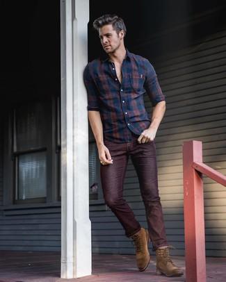 Wie kombinieren: dunkelblaues Langarmhemd mit Schottenmuster, dunkelrote Jeans, braune Wildlederfreizeitstiefel
