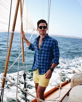 Wie kombinieren: dunkelblaues Langarmhemd mit Schottenmuster, gelbe Badeshorts, schwarze Sonnenbrille