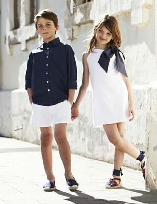 Wie kombinieren: dunkelblaues Langarmhemd, weiße Shorts, dunkelblaue Turnschuhe