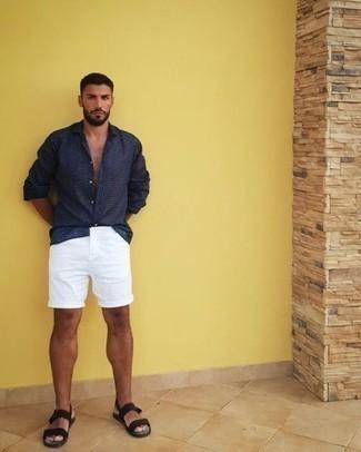 Herren Outfits & Modetrends 2020: Kombinieren Sie ein dunkelblaues Langarmhemd mit weißen Shorts für ein Alltagsoutfit, das Charakter und Persönlichkeit ausstrahlt. Fühlen Sie sich ideenreich? Entscheiden Sie sich für schwarzen Segeltuchsandalen.