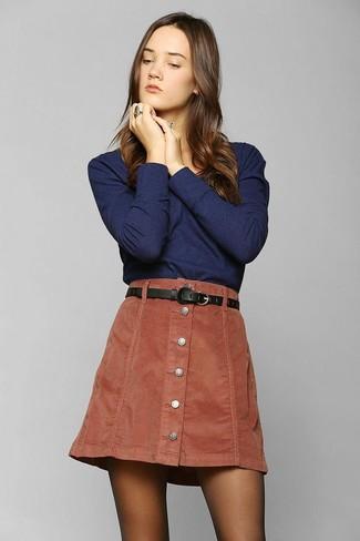 Ein Dunkelblaues Langarmshirt und ein Rotbrauner Rock mit Knöpfen sind eine gute Outfit-Formel für Ihre Sammlung.