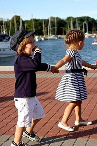 dunkelblaues Langarmshirt, weiße Shorts, dunkelblaue Bootsschuhe für Jungen