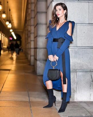 Schwarze Lederhandtasche kombinieren – 108 Damen Outfits: Probieren Sie die Kombination aus einem dunkelblauen Midikleid aus Seide und einer schwarzen Lederhandtasche, um ein super entspanntes Alltags-Outfit zu kreieren. Vervollständigen Sie Ihr Look mit schwarzen elastischen Stiefeletten.
