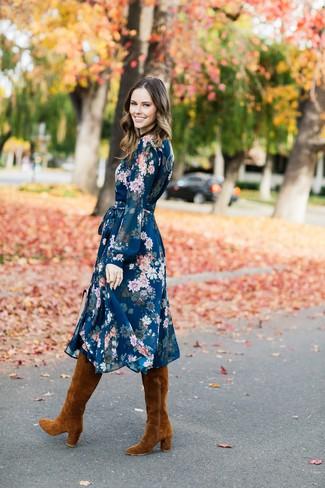 Braune kniehohe Stiefel aus Wildleder kombinieren – 29 Damen Outfits: Entscheiden Sie sich für ein dunkelblaues Midikleid mit Blumenmuster für einen Casual-Look, der, Charme und Charakter ausstrahlt. Vervollständigen Sie Ihr Look mit braunen kniehohe Stiefeln aus Wildleder.