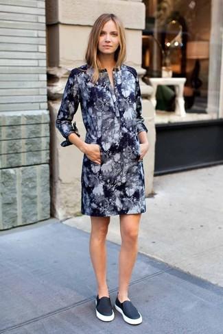 Wie kombinieren: dunkelblaues Mit Batikmuster gerade geschnittenes Kleid, schwarze Slip-On Sneakers aus Leder