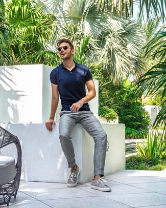 Wie kombinieren: dunkelblaues Polohemd, graue Leinen Anzughose, graue niedrige Sneakers