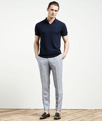 Dunkelblaues Polohemd kombinieren: trends 2020: Kombinieren Sie ein dunkelblaues Polohemd mit einer hellblauen Chinohose mit Karomuster, um einen lockeren, aber dennoch stylischen Look zu erhalten. Ergänzen Sie Ihr Outfit mit schwarzen Leder Slippern mit Quasten, um Ihr Modebewusstsein zu zeigen.