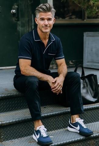 Herren Outfits & Modetrends für heiß Wetter: Kombinieren Sie ein dunkelblaues Polohemd mit einer schwarzen Chinohose, um mühelos alles zu meistern, was auch immer der Tag bringen mag. Dunkelblaue Sportschuhe verleihen einem klassischen Look eine neue Dimension.