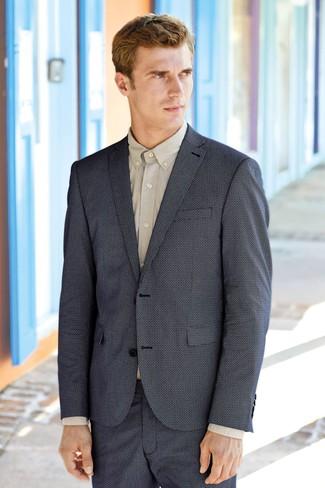 Wie kombinieren: dunkelblaues Sakko, hellbeige Businesshemd, dunkelblaue Shorts