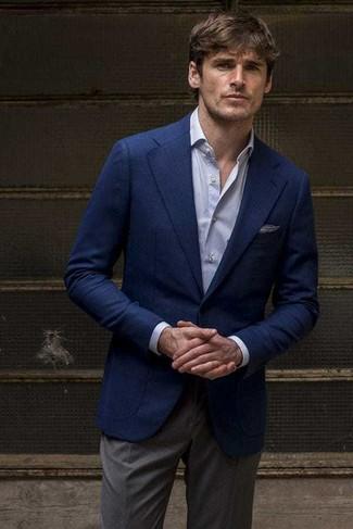 Wie kombinieren: dunkelblaues Sakko, hellblaues Businesshemd, dunkelgraue Anzughose