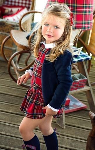Wie kombinieren: dunkelblaues Sakko, rotes Kleid mit Schottenmuster, dunkelblaue hohe Socken