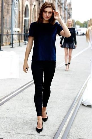 Dunkelblaues samt t shirt mit einem rundhalsausschnitt schwarze enge jeans schwarze leder pumps large 1030