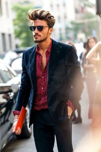 Wie kombinieren: dunkelblaues Samtsakko, rotes bedrucktes Businesshemd, dunkelgraue Anzughose