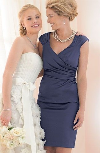 Wie kombinieren: dunkelblaues Satin Etuikleid, hellbeige Perlenkette, silberne Ohrringe