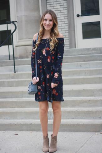 Dunkelblaues Schulterfreies Kleid Mit Blumenmuster Hellbeige