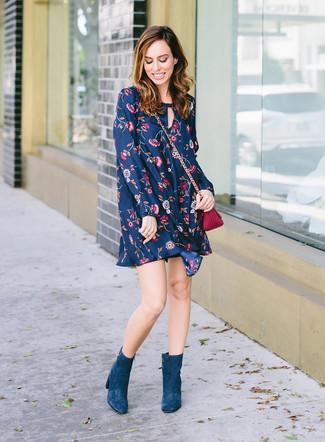 Wie kombinieren: dunkelblaues schwingendes Kleid mit Blumenmuster, dunkeltürkise Wildleder Stiefeletten, lila Leder Umhängetasche