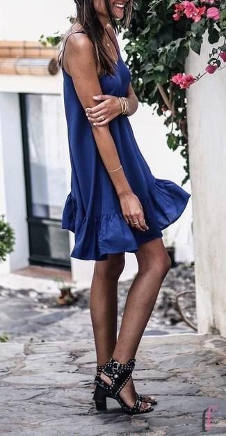 Wie kombinieren: dunkelblaues schwingendes Kleid, schwarze beschlagene Leder Sandaletten, goldenes Armband