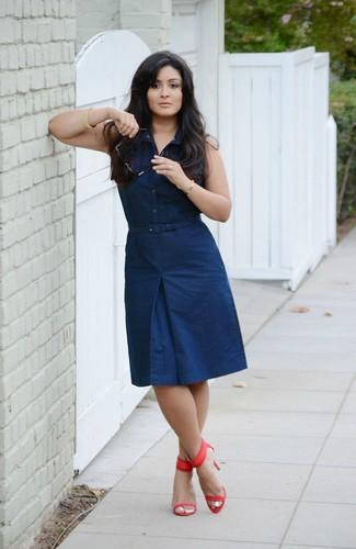 Wie kombinieren: dunkelblaues Shirtkleid, rote Leder Sandaletten