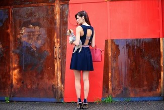 Entscheiden Sie sich für ein dunkelblaues Skaterkleid mit Ausschnitten und Sie werden wie ein richtiges Babe aussehen. Mehrfarbige Leder Pumps putzen umgehend selbst den bequemsten Look heraus.