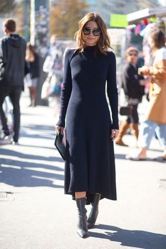 dunkelblaues Sweatkleid, schwarze Leder Stiefeletten, dunkelbraune Sonnenbrille für Damen