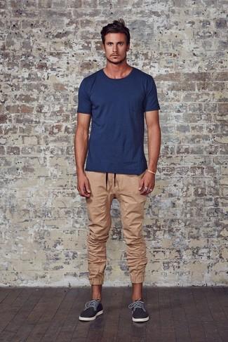 Wie kombinieren: dunkelblaues T-Shirt mit einem Rundhalsausschnitt, beige Jogginghose, dunkelgraue Leinenschuhe