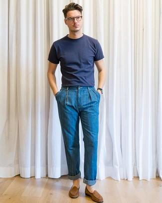 Wie kombinieren: dunkelblaues T-Shirt mit einem Rundhalsausschnitt, blaue Jeans, braune Wildleder Slipper