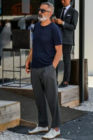 Wie kombinieren: dunkelblaues T-Shirt mit einem Rundhalsausschnitt, dunkelgraue Chinohose, weiße Leder niedrige Sneakers