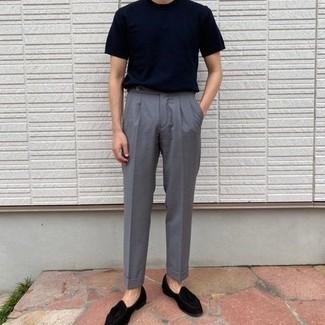 Smart-Casual heiß Wetter Outfits Herren 2020: Kombinieren Sie ein dunkelblaues T-Shirt mit einem Rundhalsausschnitt mit einer grauen Anzughose für Ihren Bürojob. Heben Sie dieses Ensemble mit schwarzen Samt Slippern mit Quasten hervor.