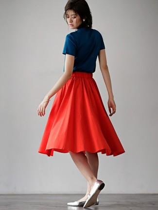 Wie kombinieren: dunkelblaues T-Shirt mit einem Rundhalsausschnitt, roter Falten Midirock, silberne Leder Ballerinas