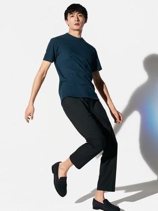 Wie kombinieren: dunkelblaues T-Shirt mit einem Rundhalsausschnitt, schwarze Anzughose, schwarze Wildleder Slipper