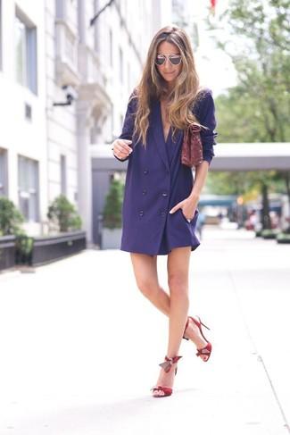 Wie kombinieren: dunkelblaues Tuxedokleid, rote Leder Sandaletten, dunkelrote Leder Clutch