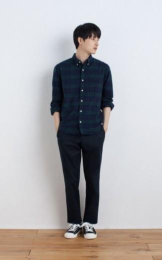 Dunkelblaues und grünes Langarmhemd mit Schottenmuster kombinieren – 205 Herren Outfits warm Wetter: Kombinieren Sie ein dunkelblaues und grünes Langarmhemd mit Schottenmuster mit einer dunkelblauen Chinohose, um mühelos alles zu meistern, was auch immer der Tag bringen mag. Komplettieren Sie Ihr Outfit mit schwarzen und weißen Segeltuch niedrigen Sneakers.
