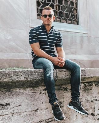 Wie kombinieren: dunkelblaues und weißes horizontal gestreiftes Polohemd, dunkelblaue enge Jeans mit Destroyed-Effekten, schwarze Sportschuhe