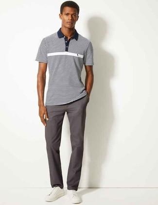 Wie kombinieren: dunkelblaues und weißes horizontal gestreiftes Polohemd, dunkelgraue Chinohose, weiße Leder niedrige Sneakers