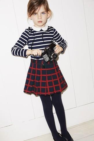 Wie kombinieren: dunkelblaues und weißes horizontal gestreiftes T-shirt, dunkelblauer Rock mit Karomuster, schwarze Strumpfhose