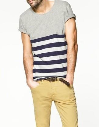 Wie kombinieren: dunkelblaues und weißes horizontal gestreiftes T-Shirt mit einem Rundhalsausschnitt, beige Chinohose, dunkelbrauner geflochtener Ledergürtel
