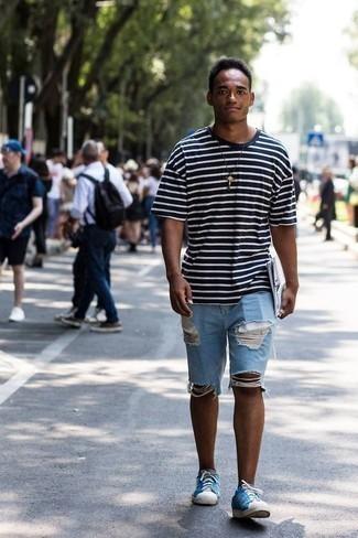 Dunkelblaues und weißes horizontal gestreiftes T-Shirt mit einem Rundhalsausschnitt kombinieren: trends 2020: Entscheiden Sie sich für Komfort in einem dunkelblauen und weißen horizontal gestreiften T-Shirt mit einem Rundhalsausschnitt und hellblauen Jeansshorts mit Destroyed-Effekten. Wählen Sie blauen Segeltuch niedrige Sneakers, um Ihr Modebewusstsein zu zeigen.
