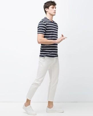 Dunkelblaues und weißes horizontal gestreiftes T-Shirt mit einem Rundhalsausschnitt kombinieren: trends 2020: Kombinieren Sie ein dunkelblaues und weißes horizontal gestreiftes T-Shirt mit einem Rundhalsausschnitt mit einer weißen Chinohose für einen bequemen Alltags-Look. Weiße Segeltuch niedrige Sneakers sind eine großartige Wahl, um dieses Outfit zu vervollständigen.