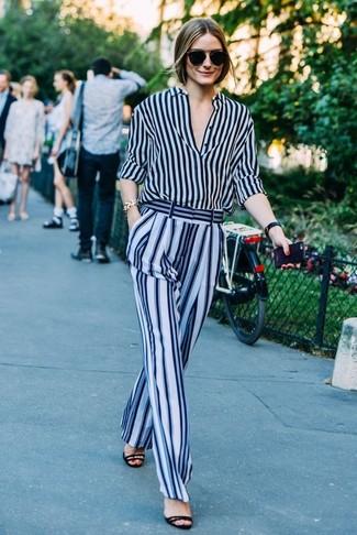 Olivia Palermo trägt Dunkelblaues vertikal gestreiftes Businesshemd, Hellblaue vertikal gestreifte Weite Hose, Schwarze Wildleder Sandaletten