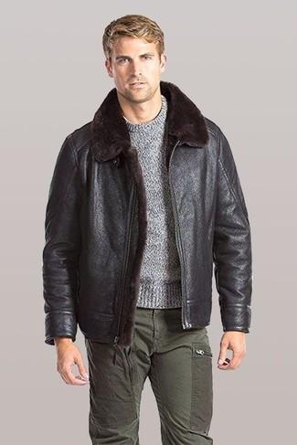 Wie kombinieren: dunkelbraune Lammfelljacke, grauer Pullover mit einem Rundhalsausschnitt, olivgrüne Cargohose